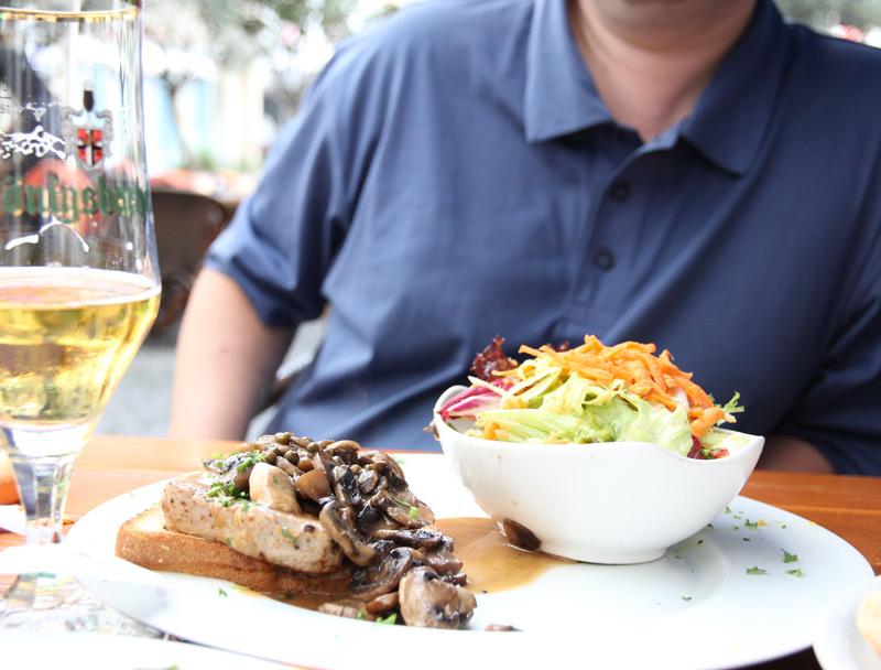 """Кобленц. """"Alt Coblenz"""". Мясо с грибным соусом на тосте. Выбор мужа - Татьяна Гладченко, 2012"""