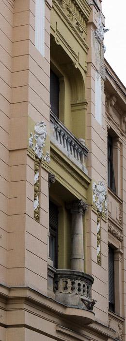 открытый пышный балкон