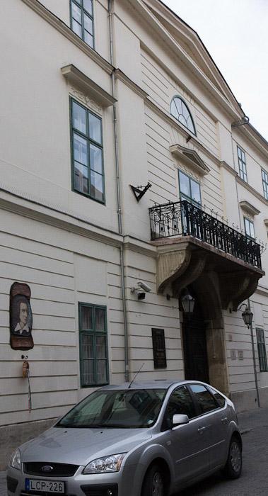 балкончик и мемориальная доска