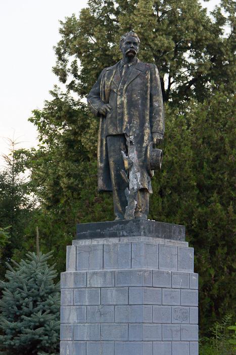 памятник Горькому на набережной