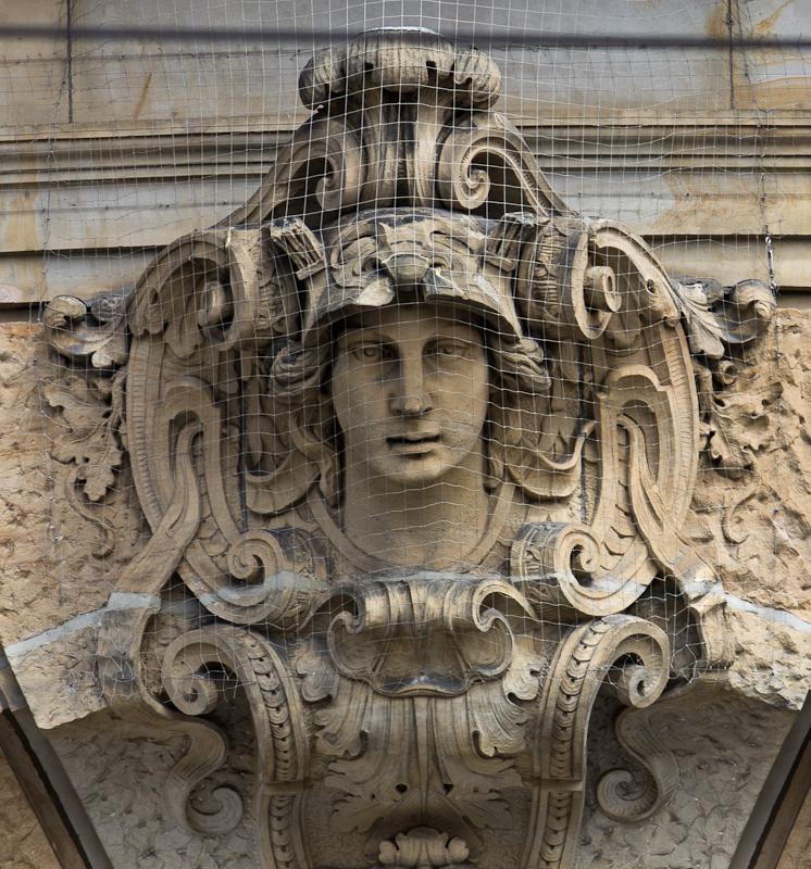 фрагмент лепнины на фасаде
