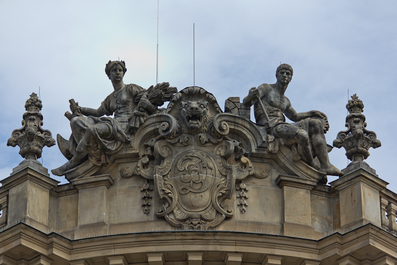 скульптуры на аттике