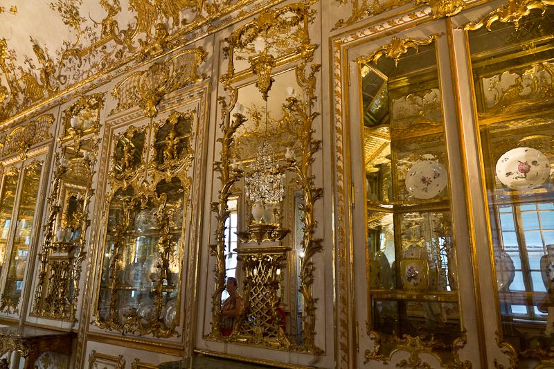 зеркальная комната с коллекцией фарфора