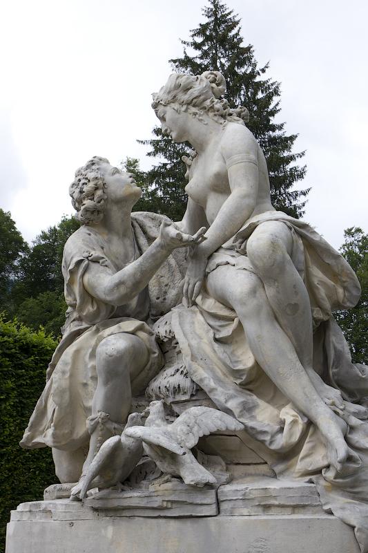 Восточная клумба, скульптуры Венеры и Адониса