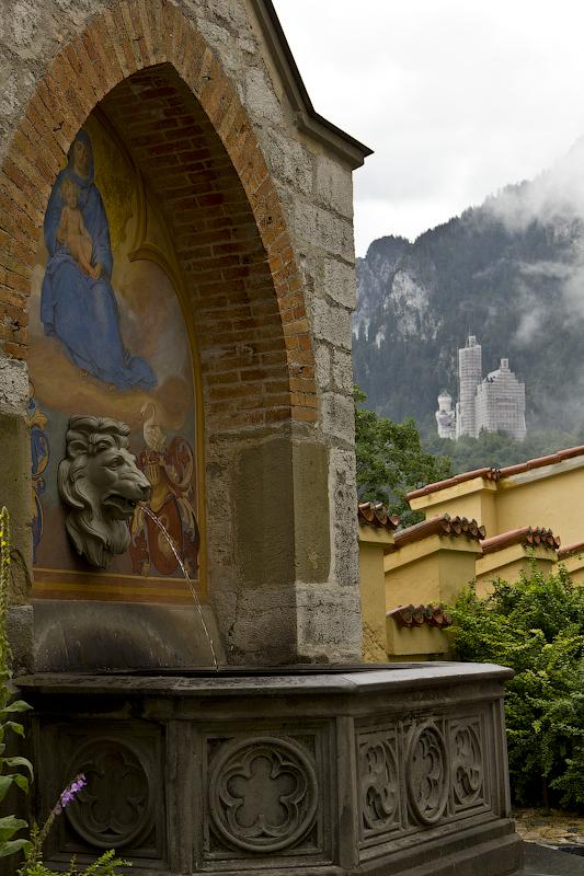фонтанчик и вид на перебинтованный Нойшванштайн