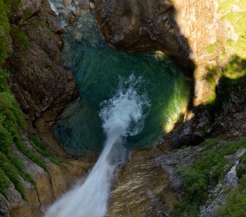 а внизу шумит водопад