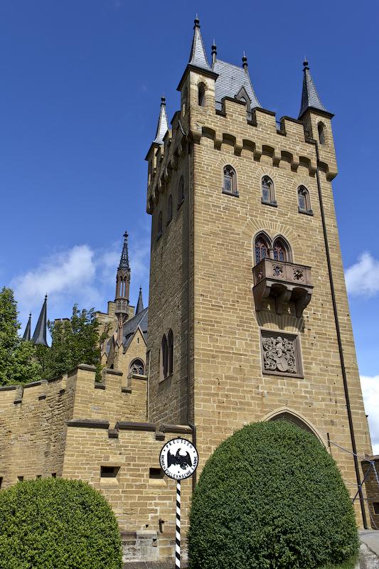 башня с гербом