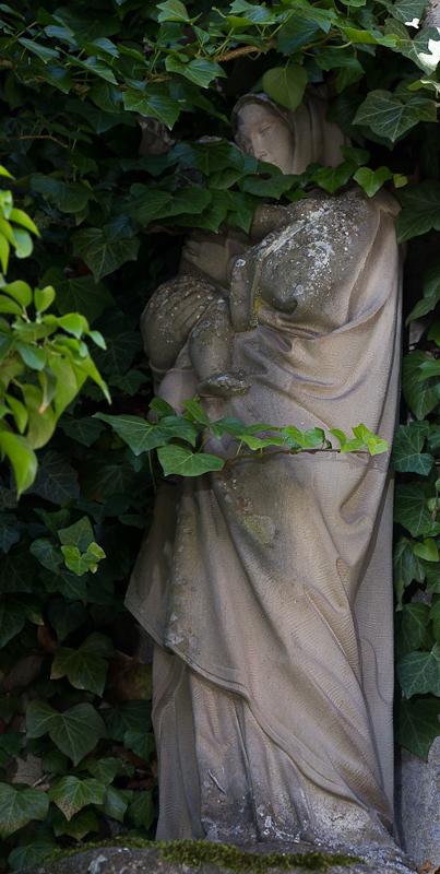 окутанная листвой статуя в алькове