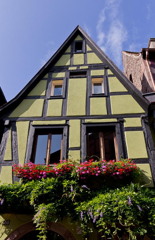 домик, утопающий в зелени