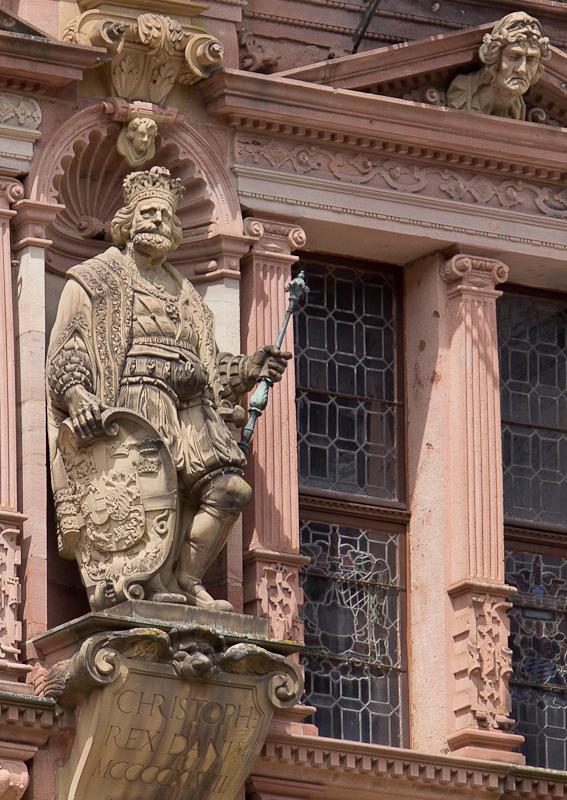 скульптуры на фасаде дворца Фридриха
