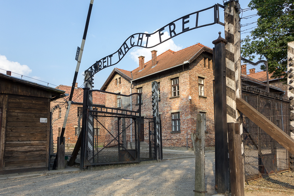 Надпись над воротами «Труд освобождает»