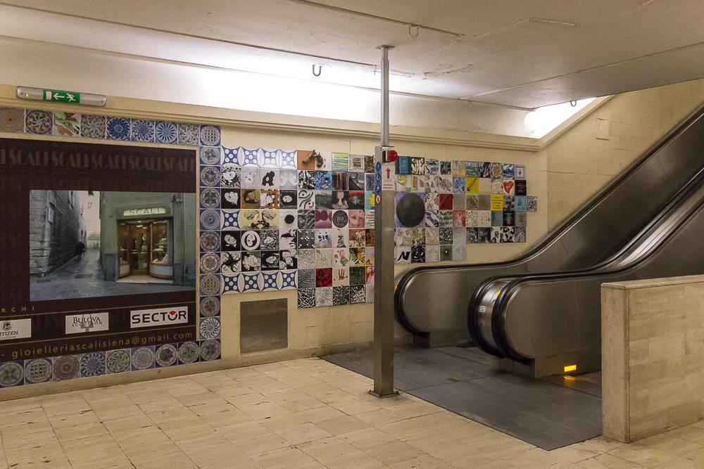 Стена у эскалатора с парковки Сан Франческо в центр Сиены © Татьяна Гладченко, 2013
